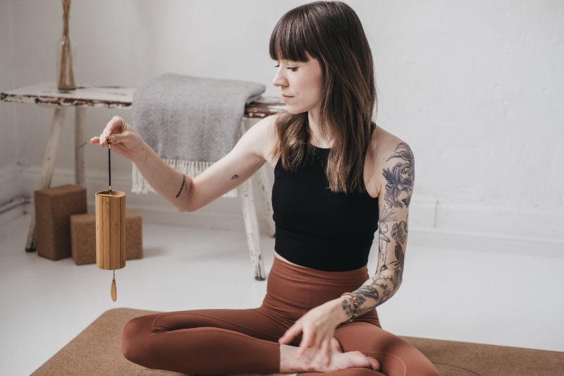 Christine von Tiefgeist Yoga Leipzig in einer sitzenden Yogahaltung